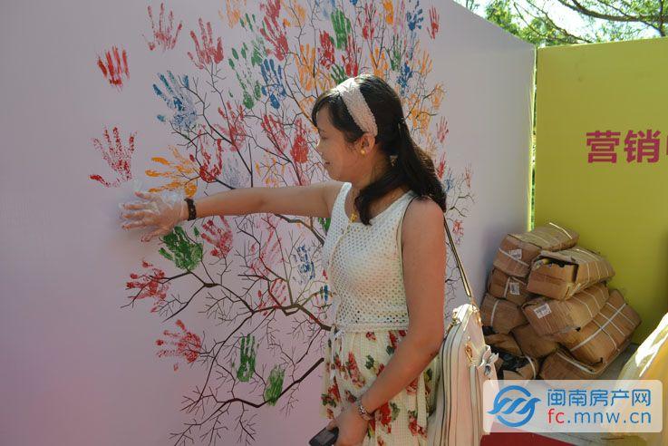 来宾在签到树上用手印签到
